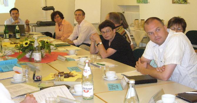 Gruppe am Tisch sitzend